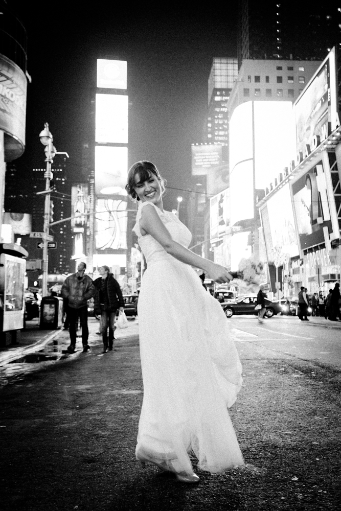 Bride in Times Square at night. Braut im Times Square nachts.