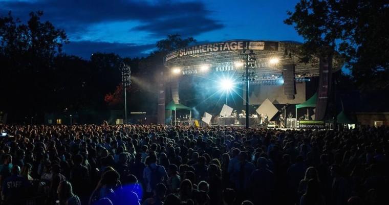Fans geniessen eine Sommernacht bei der Summerstage