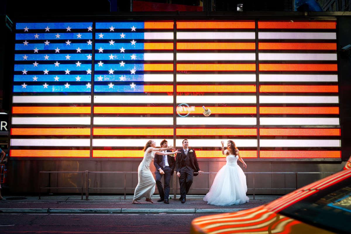 Bride throwing bouquet in Times Square New York. Werfende Hochzeitsblumen der Braut im Times Square New York.