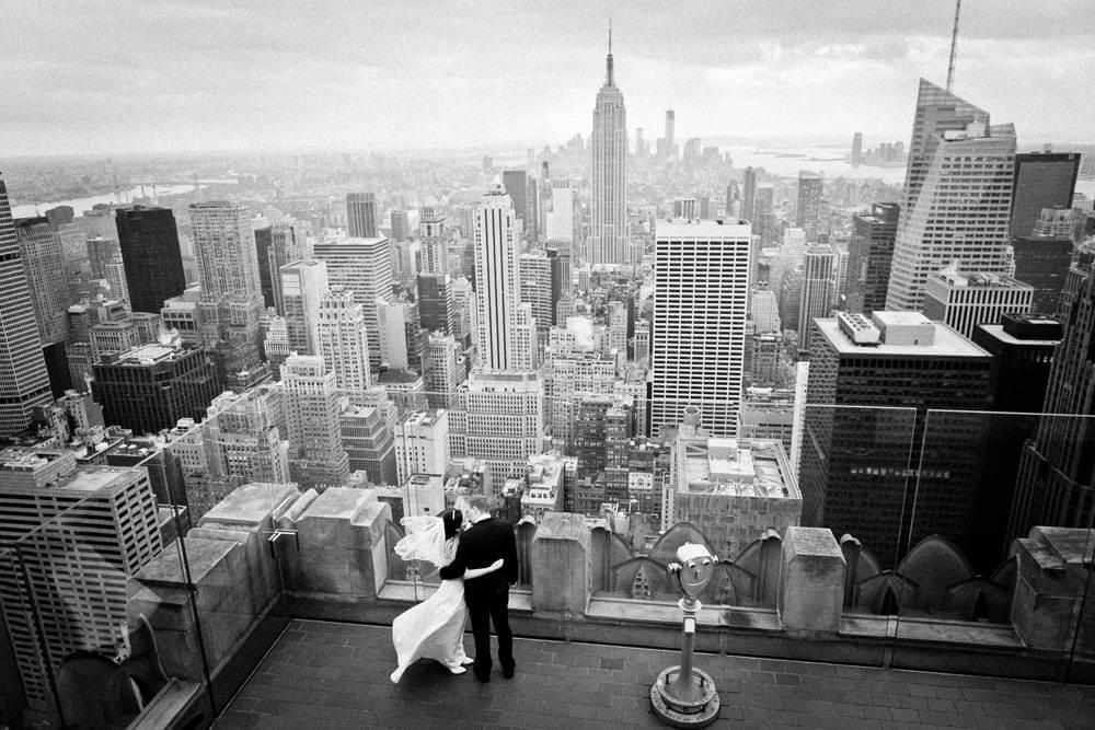 Bride and groom with Manhattan skyline and Empire State Building. Braut und Bräutigam mit Manhattan-Skylinen und Empire State Building.
