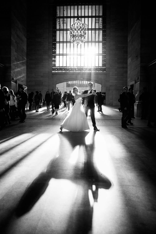 Bride and groom dancing for wedding photos at Grand Central Station. Braut- und Bräutigamtanzen für Hochzeitsfotos an der großartigen zentralen Station