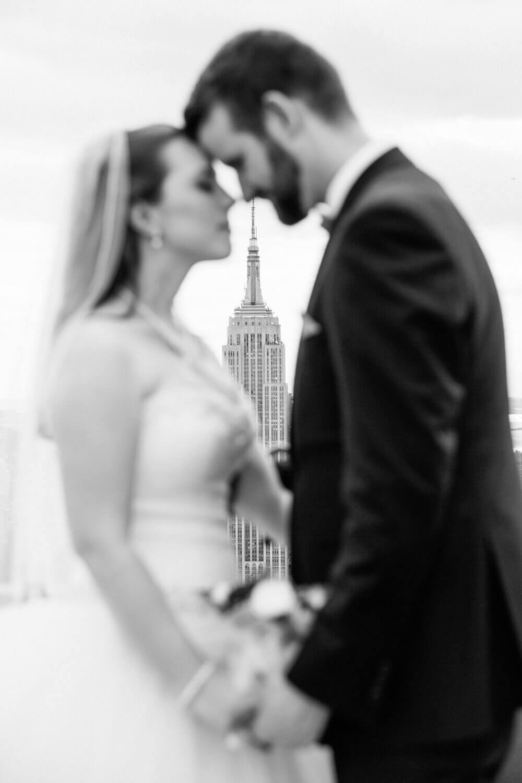 Bride and groom with Empire State Building New York City Wedding. Braut und Bräutigam mit Empire State Building New York City Hochzeit