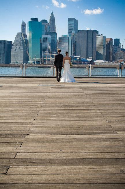 Braut und Bräutigam mit Manhattan-Skylinen in New York City.